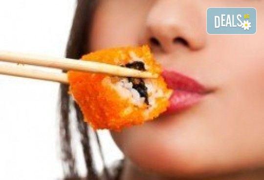 Супер предложение от Sushi King! 50 броя хапки със сьомга, пушена скумрия, нори, авокадо и японски сосове в Суши сет Даймьо! - Снимка 1
