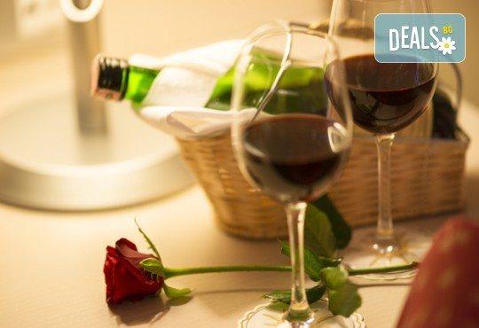Подарете вино и любов за двама! Релаксиращ масаж с масло от червено грозде, маска за лице, вино и вана от Senses Massage & Recreation! - Снимка 3