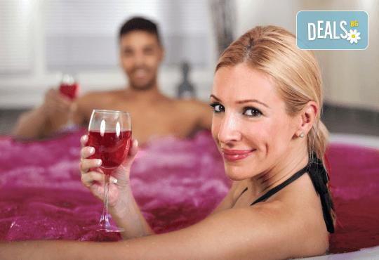 Подарете вино и любов за двама! Релаксиращ масаж с масло от червено грозде, маска за лице, вино и вана от Senses Massage & Recreation! - Снимка 1