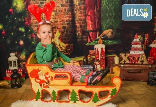 Коледна фотосесия с цялото семейство с 10 обработени кадъра от Pandzherov Photography! - Снимка 3