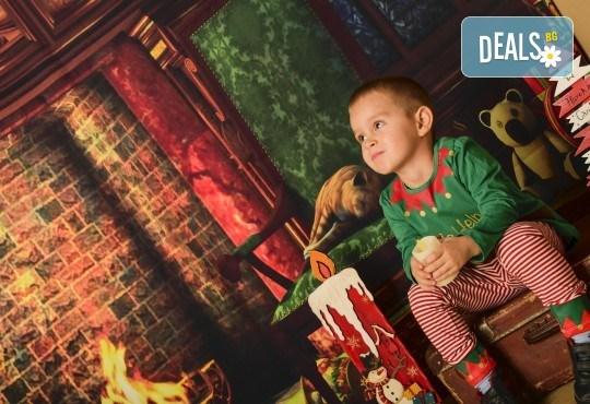 Коледна фотосесия с цялото семейство с 10 обработени кадъра от Pandzherov Photography! - Снимка 4