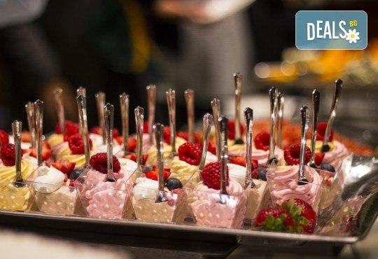 Сет от 70 ароматни маслени кроасанчета и мини сандвичи с разнообразни вкусове + безплатна доставка за София от кулинарна работилница Деличи! - Снимка 3