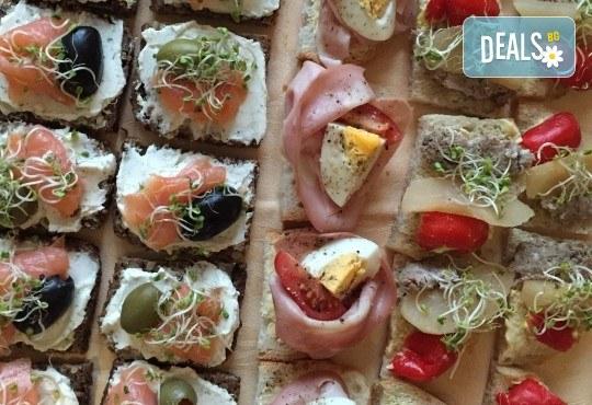 Сет от 70 ароматни маслени кроасанчета и мини сандвичи с разнообразни вкусове + безплатна доставка за София от кулинарна работилница Деличи! - Снимка 5