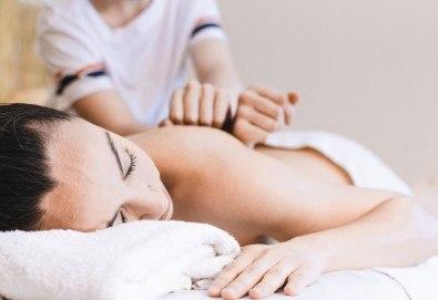 60-минутна комбинирана лечебна терапия на гръб с арома масла + мануален антицелулитен масаж на бедра със загряващ гел в Масажно студио Адонай Елохай! - Снимка