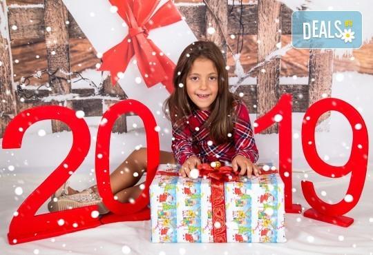 Професионална Коледна фотосесия в студио - индивидуална, детска или семейна, с до 100 обработени кадъра + 10 със специални ефекти от Arsov Image! - Снимка 1