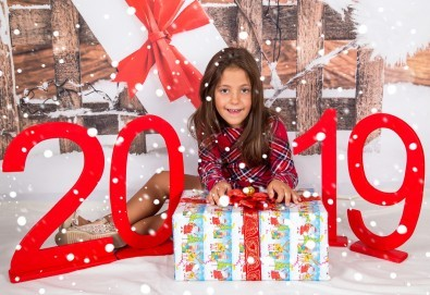 Професионална Коледна фотосесия в студио - индивидуална, детска или семейна, с до 100 обработени кадъра + 10 със специални ефекти от Arsov Image! - Снимка