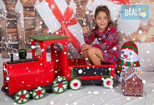 Професионална Коледна фотосесия в студио - индивидуална, детска или семейна, с до 100 обработени кадъра + 10 със специални ефекти от Arsov Image! - Снимка 5