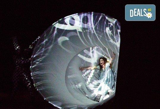 На театър с децата! Гледайте Алиса в страната на чудесата на 22.12. от 11 ч. в Младежки театър, голяма сцена! 1 билет - Снимка 4