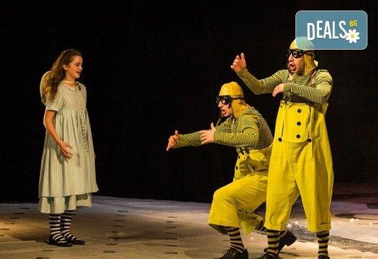 На театър с децата! Гледайте Алиса в страната на чудесата на 22.12. от 11 ч. в Младежки театър, голяма сцена! 1 билет - Снимка 8