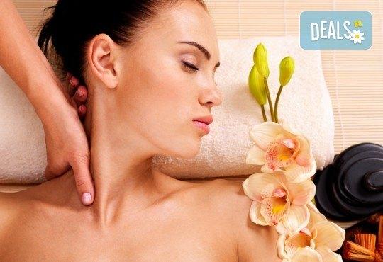 Лечебен масаж на гръб със загряващо олио Билков микс с наблягане на проблемна зона в студио Giro! - Снимка 4