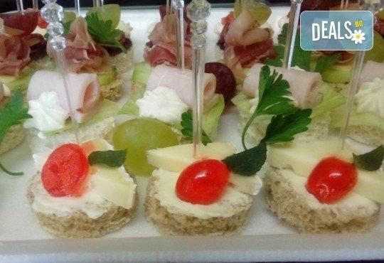 90 броя празнични хапки, аранжирани и декорирани за директно сервиране от кулинарна работилница Деличи! - Снимка 3
