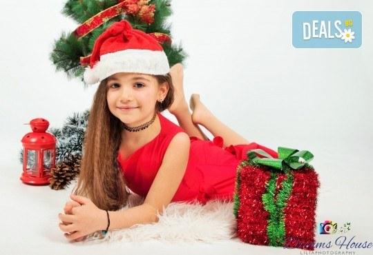 Коледна фотосесия - индивидуална, детска или семейна, с много тоалети и декори, 15 обработени кадъра и подарък: прическа със сешоар от Студио Dreams House! - Снимка 3