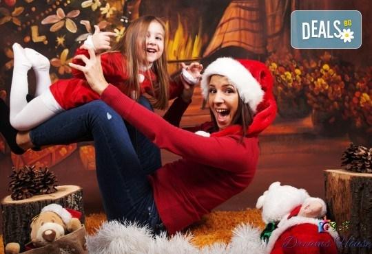 Коледна фотосесия - индивидуална, детска или семейна, с много тоалети и декори, 15 обработени кадъра и подарък: прическа със сешоар от Студио Dreams House! - Снимка 1