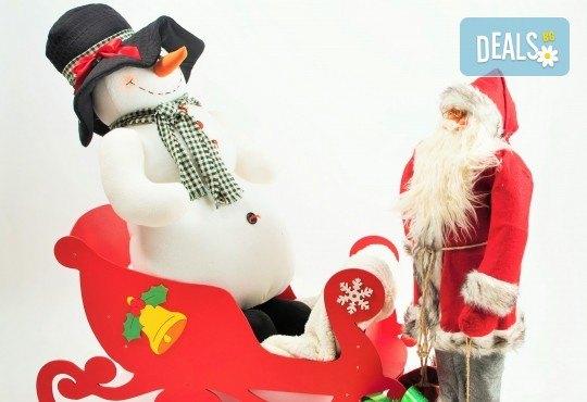 Коледна фотосесия - индивидуална, детска или семейна, с много тоалети и декори, 15 обработени кадъра и подарък: прическа със сешоар от Студио Dreams House! - Снимка 4