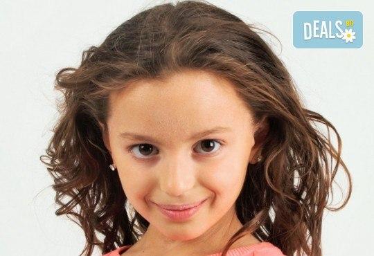 Коледна фотосесия - индивидуална, детска или семейна, с много тоалети и декори, 15 обработени кадъра и подарък: прическа със сешоар от Студио Dreams House! - Снимка 8
