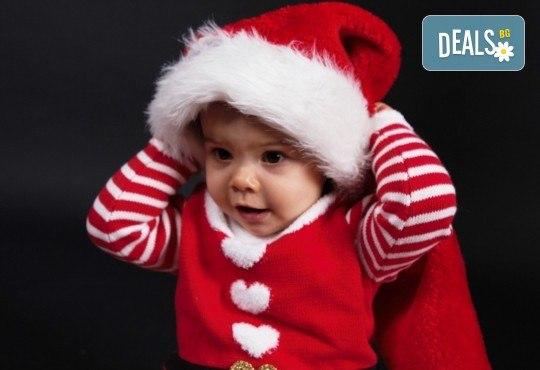 Коледна фотосесия - индивидуална, детска или семейна, с много тоалети и декори, 15 обработени кадъра и подарък: прическа със сешоар от Студио Dreams House! - Снимка 2