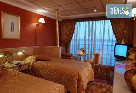 Нова Година в Египет, с Дрийм Холидейс! Самолетен билет, трансфери, 3 нощувки на база All Inclusive в Хургада, 3 на круизен кораб 5*, Гала вечеря на борда на круизния кораб - Снимка 3