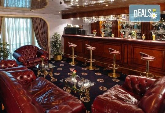 Нова Година в Египет, с Дрийм Холидейс! Самолетен билет, трансфери, 3 нощувки на база All Inclusive в Хургада, 3 на круизен кораб 5*, Гала вечеря на борда на круизния кораб - Снимка 6