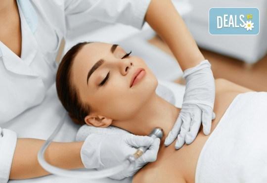 За кожа без несъвършенства! Комбинирано почистване на лице в 10 стъпки и лечебен масаж в V&A Glamour Beauty Salon! - Снимка 1