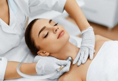 За кожа без несъвършенства! Комбинирано почистване на лице в 10 стъпки и лечебен масаж в V&A Glamour Beauty Salon! - Снимка