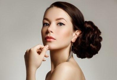 За празник! Официална прическа с кок, терапия за коса и флуид при стилист в Салон за красота Blush Beauty! - Снимка