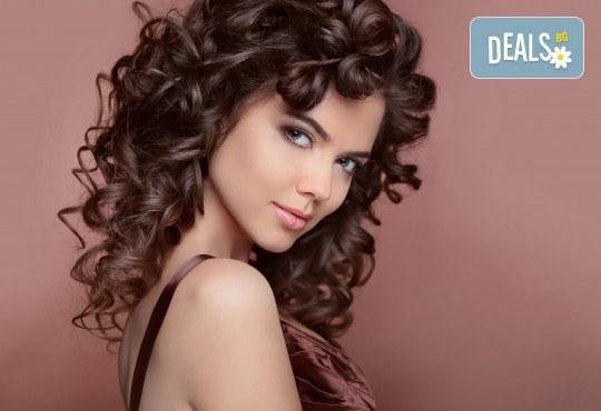 Красива коса за празнците! Масажно измиване, маска и оформяне на букли с маша или преса при стилист в Салон за красота Blush Beauty! - Снимка 1