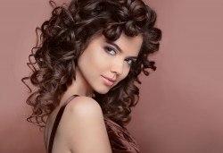 Красива коса за празнците! Масажно измиване, маска и оформяне на букли с маша или преса при стилист в Салон за красота Blush Beauty! - Снимка