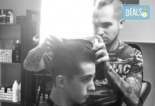 Мъжка прическа: засичане с бръснач, стилизиране или абстрактна прическа при бръснар Кристиян Петров в Beauty Studio Magic Razor! - Снимка 4
