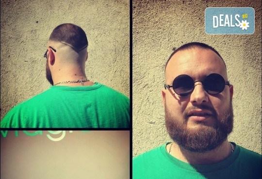 Мъжка прическа: засичане с бръснач, стилизиране или абстрактна прическа при бръснар Кристиян Петров в Beauty Studio Magic Razor! - Снимка 6