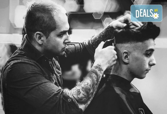 Мъжка прическа: засичане с бръснач, стилизиране или абстрактна прическа при бръснар Кристиян Петров в Beauty Studio Magic Razor! - Снимка 8