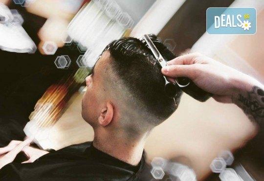 Мъжка прическа: засичане с бръснач, стилизиране или абстрактна прическа при бръснар Кристиян Петров в Beauty Studio Magic Razor! - Снимка 9