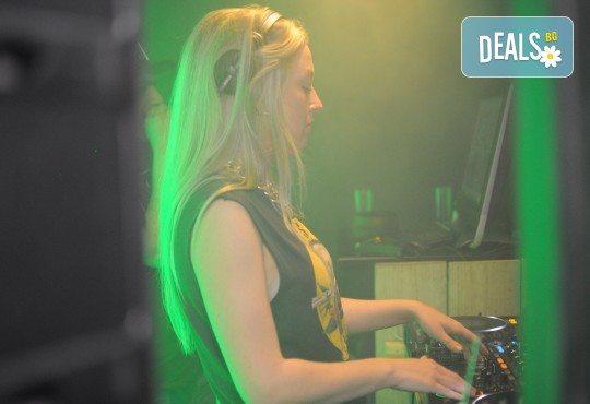 За Вашето Новогодишно, фирмено или частно парти, рожден ден, сватбено тържество, нощно/дневно заведение или абсолвентски бал предлагаме: цялостно озвучаване от DJ с апаратура, възможност за професионален фотограф и перкунсионист! - Снимка 3