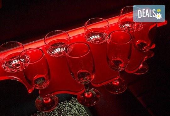Еротичен танцьор или танцьорка в супер луксозна лимузина, безалкохолни напитки, бутилка марков алкохол по избор за Вашето парти! - Снимка 7