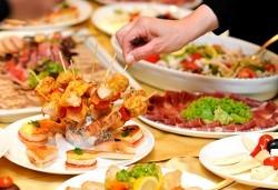 120 хапки с маслинова паста и свинско филе и брускети с крем и сьомга и запечен кашкавал и билки от Топ Кет Кетъринг! - Снимка