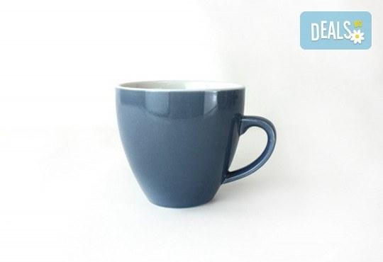 Изненадайте приятел с оригинална синя керамична чаша с акула в нея! - Снимка 4