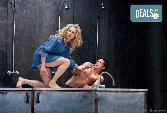 Гледайте комедията Килър Джо с Малин Кръстев на 15-ти януари (вторник) в Малък градски театър Зад канала! - Снимка 9