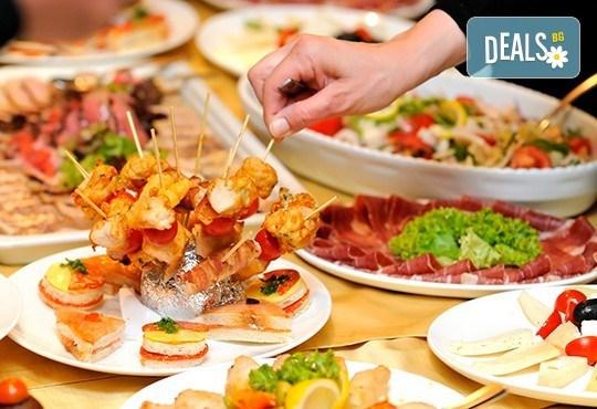 Парти микс от 208 хапки, мини сандвичи, брускети и парти кексчета, рапределени и красиво аранжирани в 8 плата, от Топ Кет Кетъринг! - Снимка 2