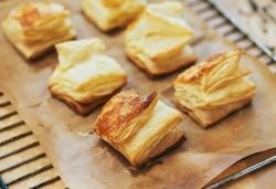 Неустоимо вкусен микс от мини бутер банички със сирене, колбас и спанак - 30 или 60 броя, от H&D catering! - Снимка