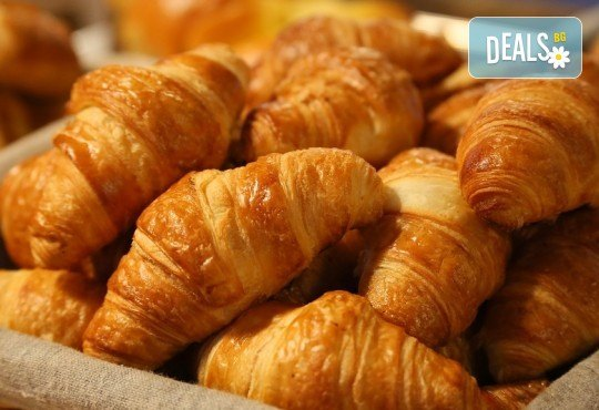 Мини френски солени кроасанчета с шунка, кашкавал, топено сирене и свинско филе - 70 броя, от H&D catering! - Снимка 1