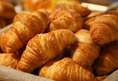 Мини френски солени кроасанчета с шунка, кашкавал, топено сирене и свинско филе - 70 броя, от H&D catering! - Снимка