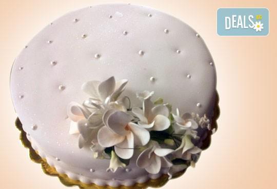 За кумовете! Празнична торта Честито кумство с пъстри цветя, дизайн сърце, романтични рози, влюбени гълъби или др. от Сладкарница Джорджо Джани - Снимка 27