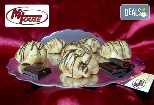 Сладки мечти! 50 еклера с баварски крем, тунквани в млечен шоколад от Muffin House! - Снимка 1