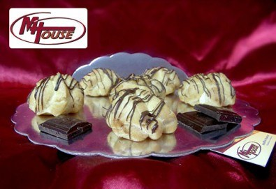 Сладки мечти! 50 еклера с баварски крем, тунквани в млечен шоколад от Muffin House! - Снимка
