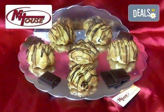 Сладки мечти! 50 еклера с баварски крем, тунквани в млечен шоколад от Muffin House! - Снимка 2