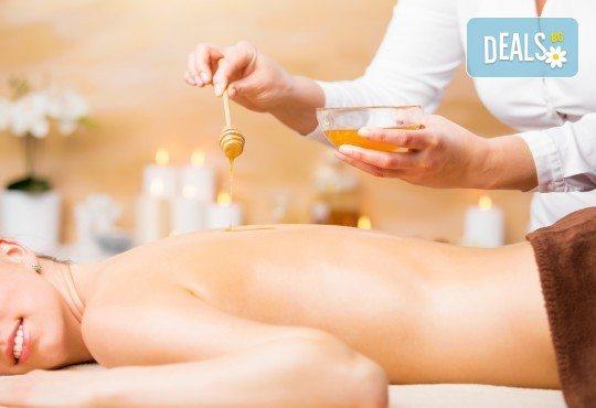 Комбинирана детоксикираща терапия - масаж и пилинг на гръб с натурален мед, в салон Moataz Style! - Снимка 1