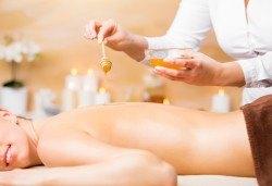 Комбинирана детоксикираща терапия - масаж и пилинг на гръб с натурален мед, в салон Moataz Style! - Снимка