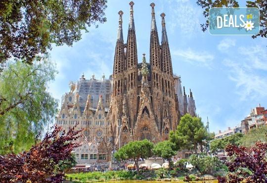 Екскурзия през март или октомври до Барселона - сърцето на Каталуня! 3 нощувки със закуски, самолетен билет, представител на Дари Травел! - Снимка 1