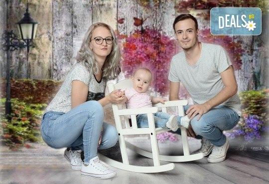 Любими мигове! Зимна семейна фотосесия в студио и подарък: фотокнига от Photosesia.com! - Снимка 1