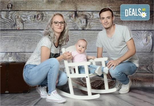 Любими мигове! Зимна семейна фотосесия в студио и подарък: фотокнига от Photosesia.com! - Снимка 4