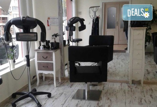 Медицинско почистване на лице, терапия за контрол на порите и нанасяне на маска в салон за красота Алма Морел - Снимка 9